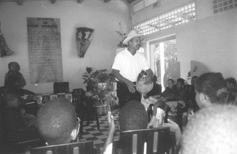 Photo 6. Un conteur dans une école primaire (Benzo) (Crédit Brigitte Francius)