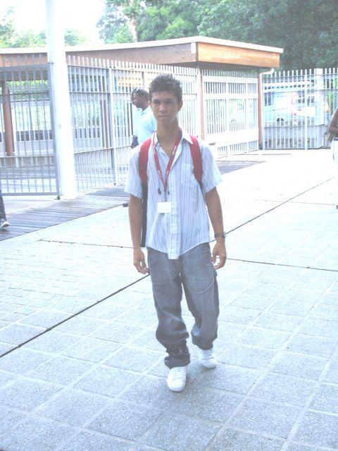 Un élève statufié à la porte d'entrée du lycée. Photo Atout guadeloupe