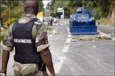 La gendarmerie déblaie un barrage érigé par les manifestants, le 16 février 2009 à Gosier (Guadeloupe) AFP/Archives/Julien Tack