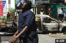 Photographe : Lionel Bonaventure AFP :: Barricade à Pointe-à-Pitre, le 20 février 2009