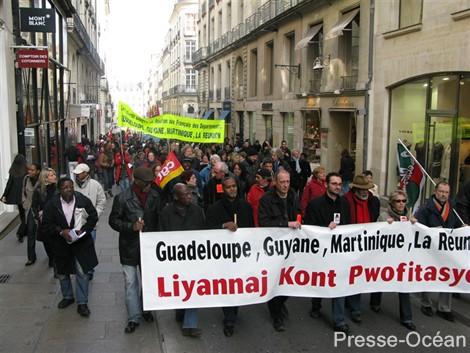 Aux Antilles y'a les békés, en France y'a les banquiers, tous ensemble on va les faire céder ... slogan scandé à Nantes