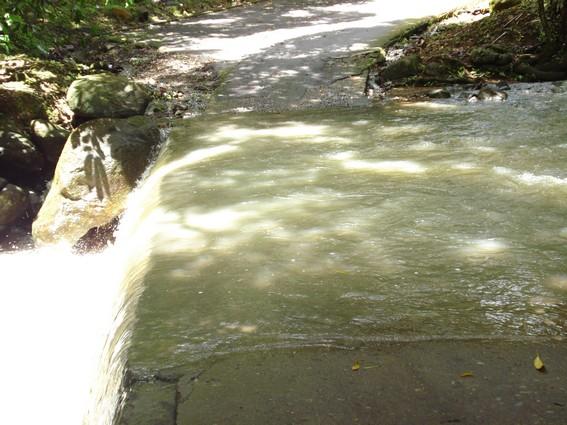 Rivière Losteau en crue après les pluies