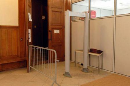 Un portique de sécurité, photo progressistes.nexenservices.com/public/.09061...