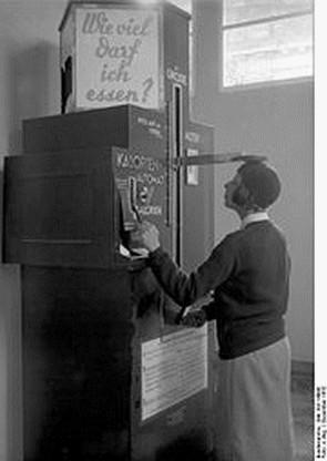 Une Machine à estimer les calories qu'une personne devrait consommer par jour, photo de 1932 en Allemagne.