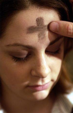 Apposition de cendres sur le front d'une chrétienne
