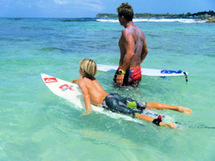 Cours surf sur la Plage le Helleux en Guadeloupe avec guilhome