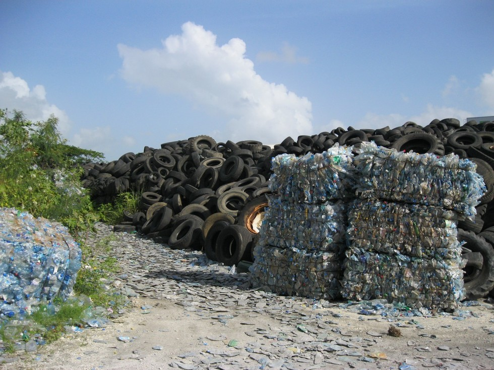 Une énormr masse de pneus à l'entrée d' ECODEC