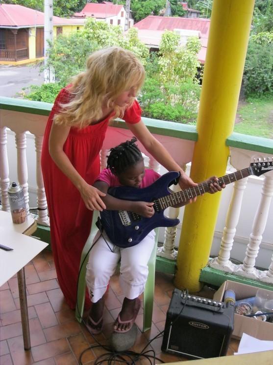 La petite Marine PONSAULT-GAEL à la guitare, le génie n'attend pas le nombre des années.