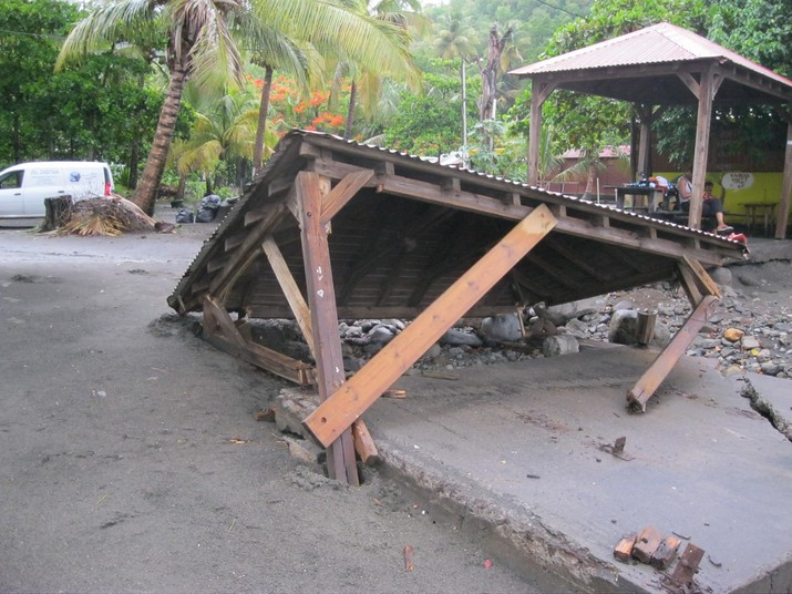 Une paillote s'effondre sur la plage de Malendure