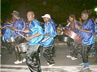 Karmélo danse dans les rues de la commune de Bouillante