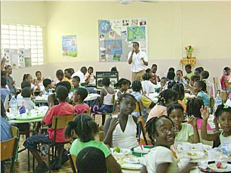 113 enfants à table.