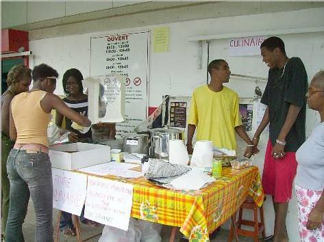 Les lycéens vendant leurs produits