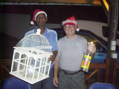 Les Pères Noël, distribuant des cadeaux et offrant la paix