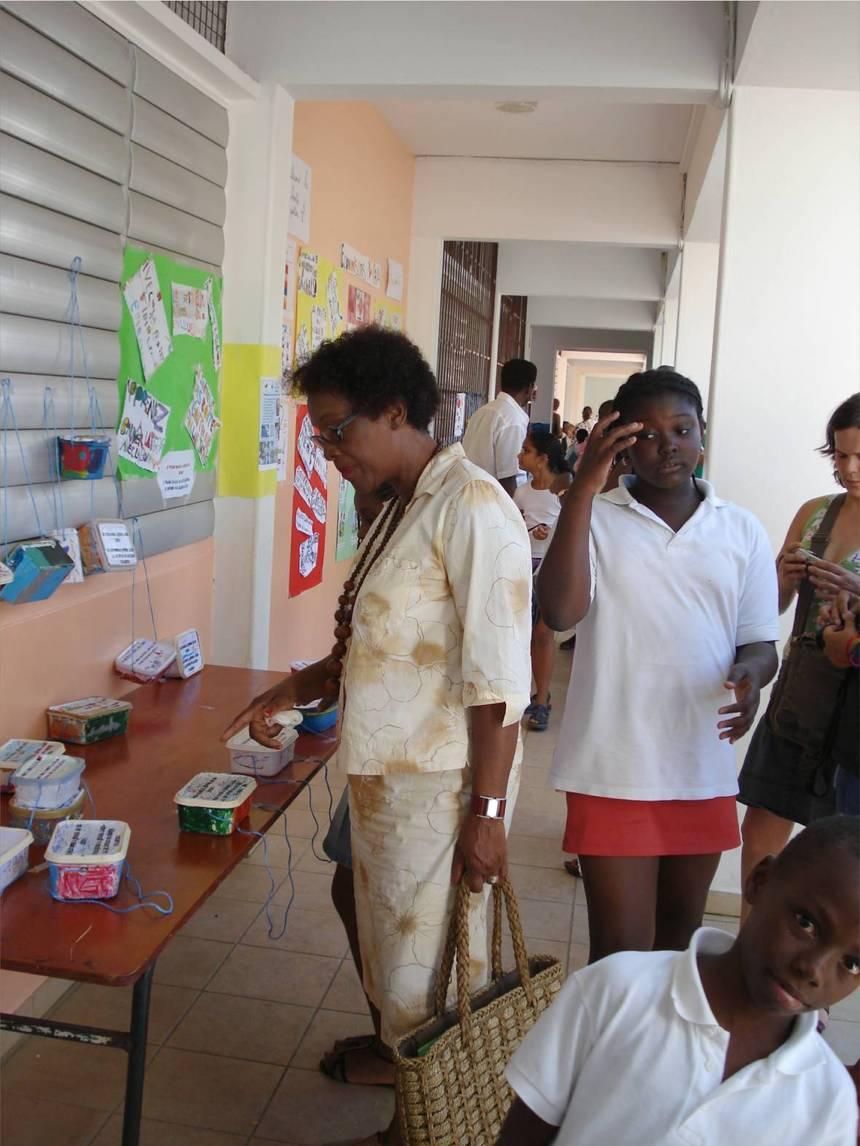 Claudette LAMOUREUX, adjointe au maire de Bouillante, visitant l'exposition de l'école.