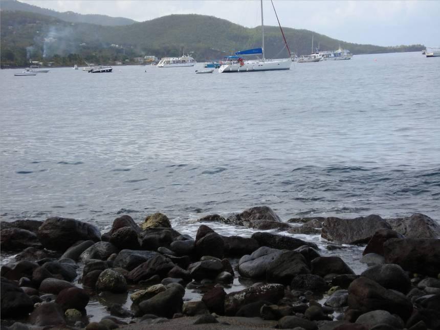 La petite baie de MALENDURE se fait admirer avec le rocher  de la Pointe. Photo Atout-Guadeloupe
