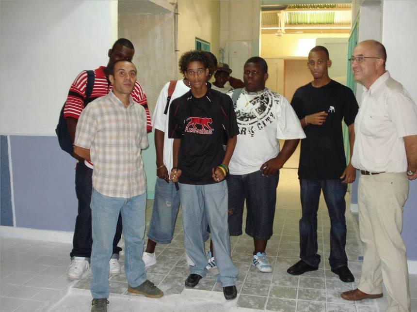 Rassemblement d'élève de la SEP en conversation avec les professeurs, atelier peinture. Photo Atout-Guadeloupe