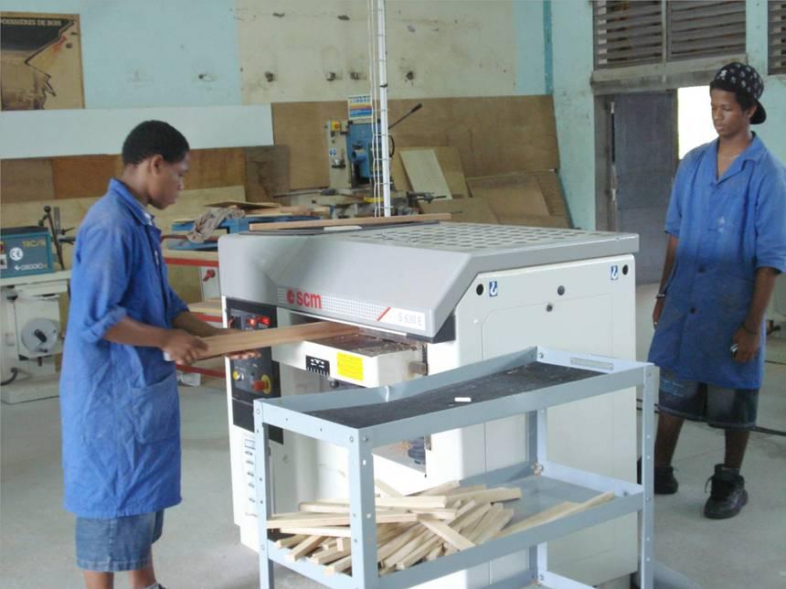 Elèves sur une machine à bois. Photo Atout-Guadeloupe