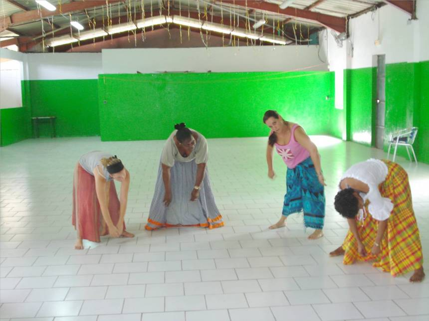 Apprentissage de postures et de la soupesse des corps. Photo Atout-Guadeloupe