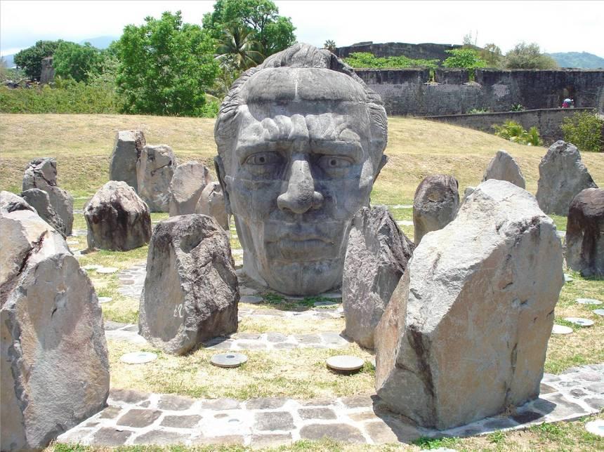 Une stèle de granit pour commémorer Louis DELGRES. Photo Atout-Guadeloupe