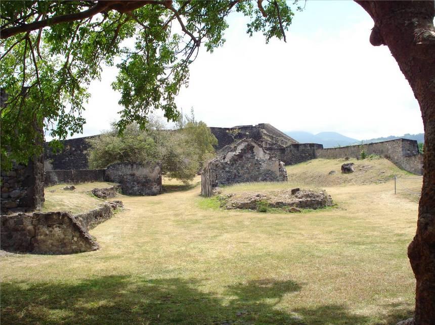 Les ruines du côté nord du fort DELGRES. Photo Atout-Guadeloupe