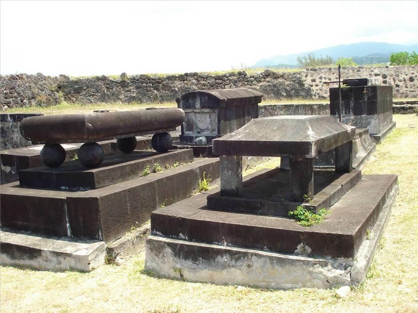 Monuments funéraires du fort DELGRES. Photo Atout-Guadeloupe
