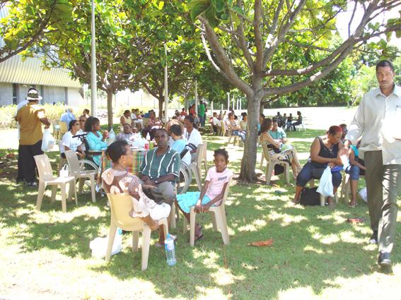 pique nique des familles d'handicapés dans les jardins de RFO