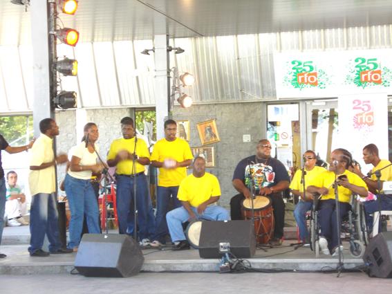Orchestre constitué d'handicapés avec GWO DIDYE  du groupe TI BWA de BOUILLANTE au marqueur.